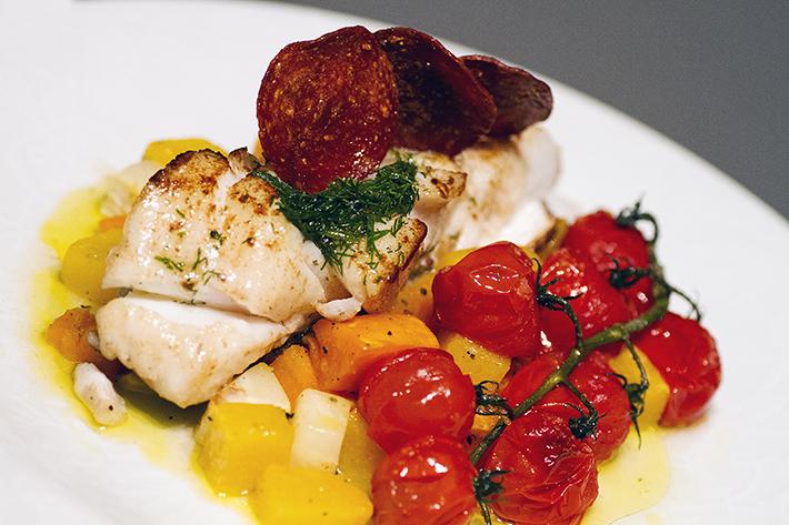 Pannestekt torsk med dillvinaigrette, ovnsbakte rotgrønnsaker, semiconfiterte tomater og pepperoni