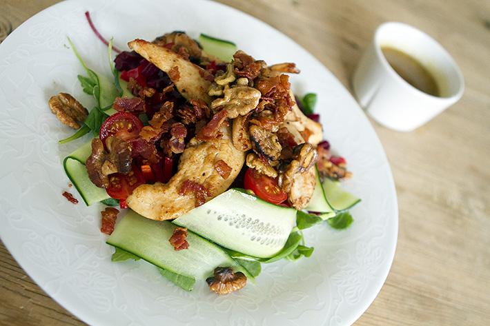 Kyllingsalat med rødbeter og baconvinaigrette