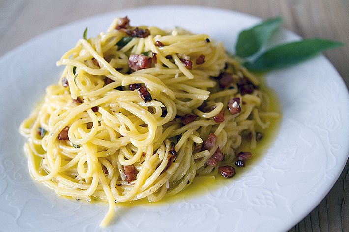 Spaghetti med salviesmør og bacon